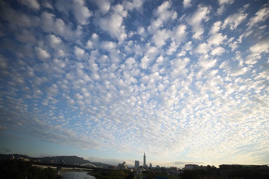 氣象局表示,26日中午前各地大多為多雲到晴,下午後東北季風逐漸增強,基隆北海岸及宜蘭地區轉為有局部短暫雨。(中央社檔案照片)
