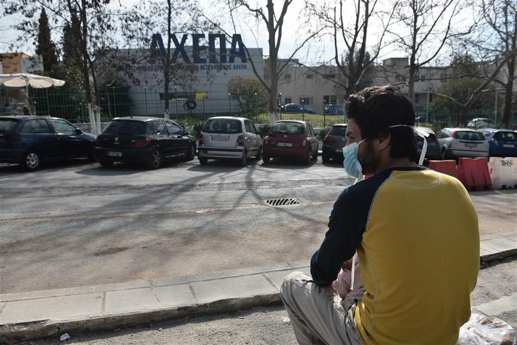 希臘衛生部26日表示,希臘境內出現首起感染新型冠狀病毒肺炎(武漢肺炎)病例。圖為希臘民眾戴口罩防武漢肺炎。(法新社提供)