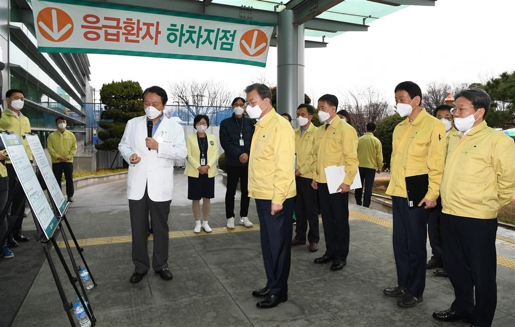 韓國總統文在寅(前左2)25日下午訪問武漢肺炎疫情嚴重的大邱市。(韓聯社提供)