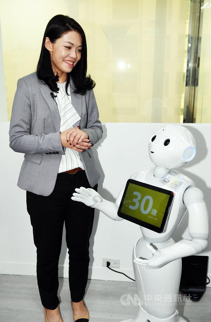 台灣民眾黨立委高虹安(左)26日在辦公室舉行Pepper& Temi機器人見客會,並現場與機器人打趣互動。中央社記者施宗暉攝 109年2月26日
