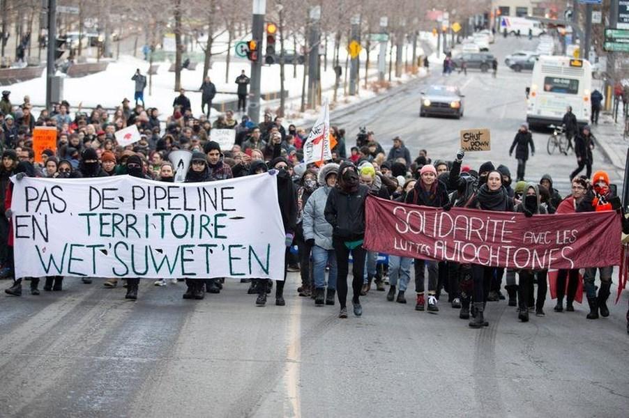 加拿大部分原住民抗議在卑詩省北部興建海岸天然氣管線,已連續3週占據加拿大各地鐵路要道。圖為Wet'suwet'en原住民2月25日上街抗議。(路透社提供)