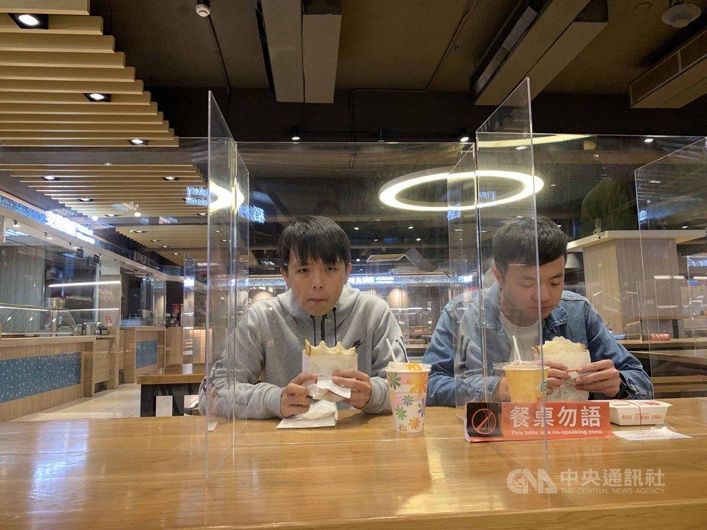 因應武漢肺炎疫情,台灣科技大學在餐廳區加設透明隔板,並推廣餐桌勿語運動,加強校園防疫。(台科大提供)中央社記者許秩維傳真  109年2月27日