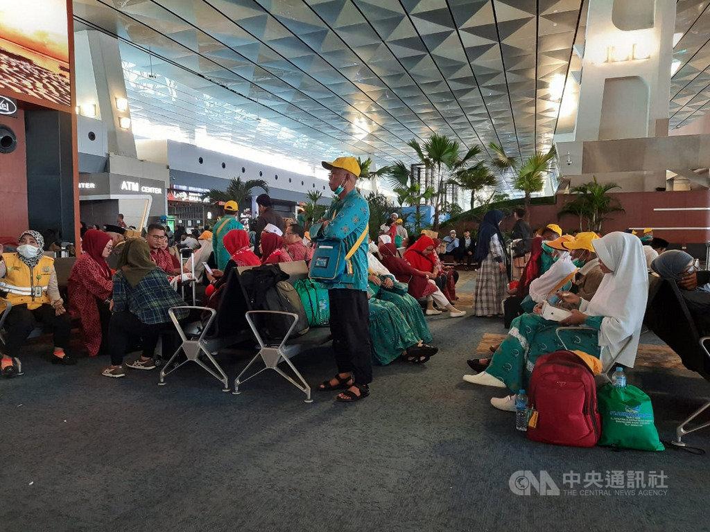 沙烏地阿拉伯為防新型冠狀病毒入侵,27日宣布暫時禁止外國旅客入境副朝覲,有超過千名旅客在雅加達蘇卡諾哈達國際機場等待啟程,卻被通知班機取消。(印尼民眾赫尼提供)中央社記者石秀娟雅加達傳真 109年2月27日