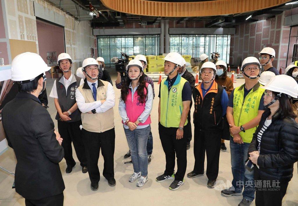 台南市長黃偉哲(前左)27日視察台南市立圖書館總館新建工程,聽取簡報並了解特色設施的設置情形。中央社記者楊思瑞攝  109年2月27日
