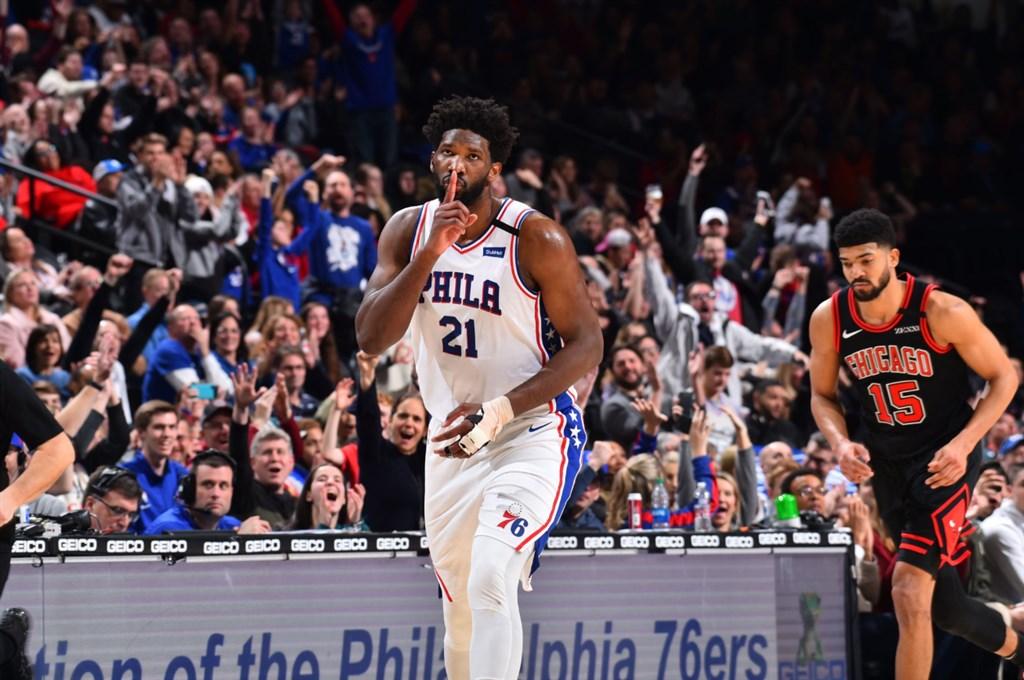 美國職籃NBA克里夫蘭騎士26日以108比94撞翻費城76人。費城76人出師不利,第一節未打完就折損明星賽球星恩比德(前)。(圖取自twitter.com/JoelEmbiid)