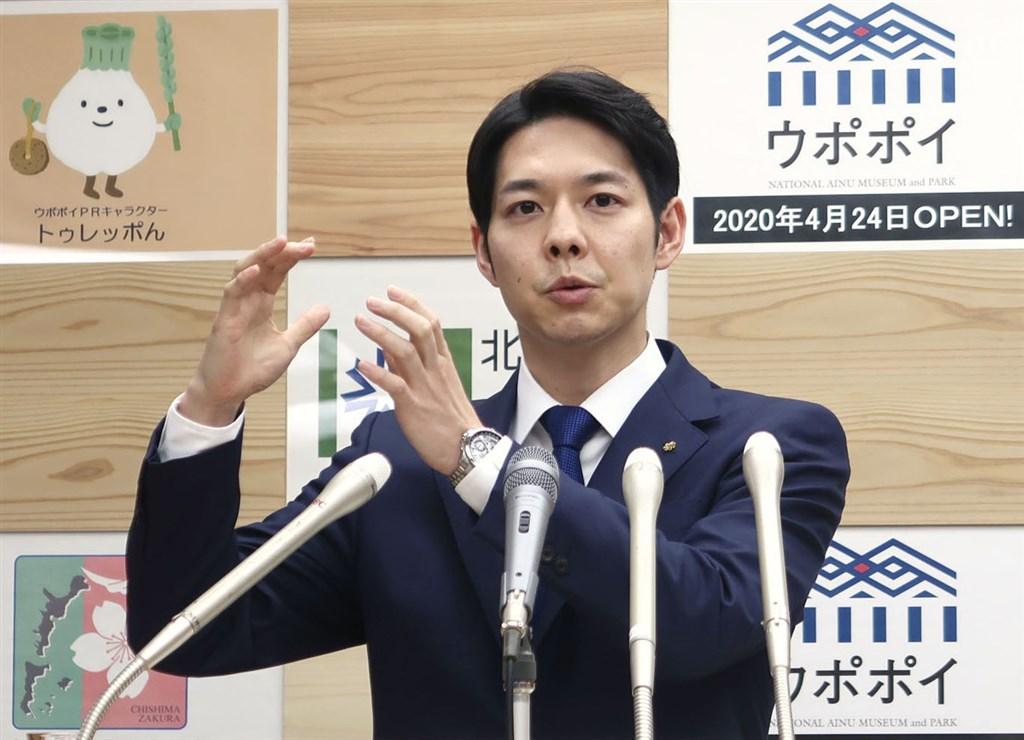 武漢肺炎疫情在日本持續延燒,北海道知事鈴木直道(圖)做出籲請道內所有公立中小學停課的決定,並說「政治判斷的結果,責任由我來負」,獲日本網友好評。(共同社提供)