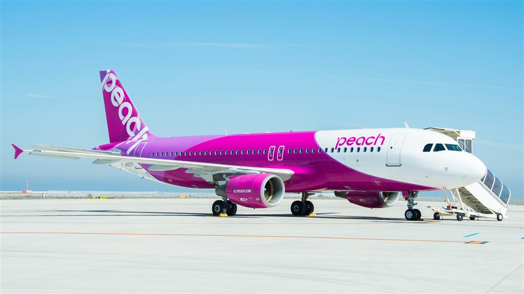 日本低成本航空樂桃航空宣布,3月往返台灣的航班取消或大量減班,退改票不收手續費。(圖取自facebook.com/Peach.Aviation.Taiwan)