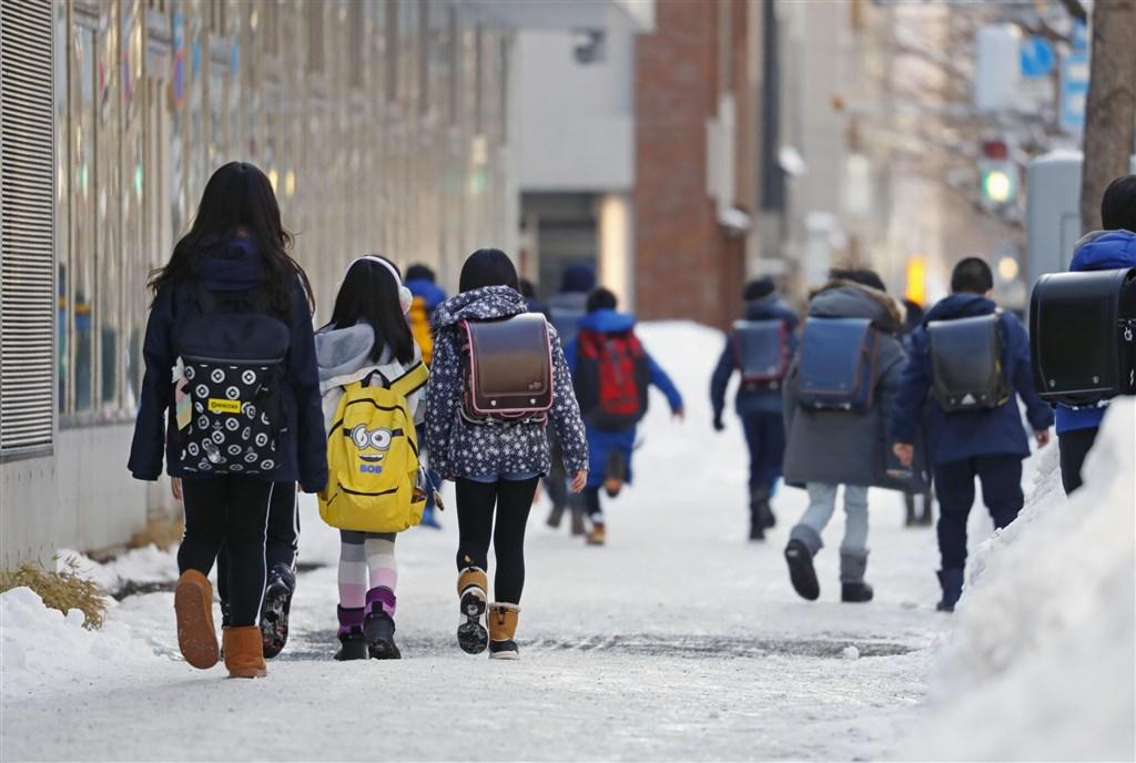根據NHK報導,日本首相安倍晉三宣布,將要求全國所有高中以下學校自3月2日起暫時停課,直到4月的春假為止。(共同社提供)