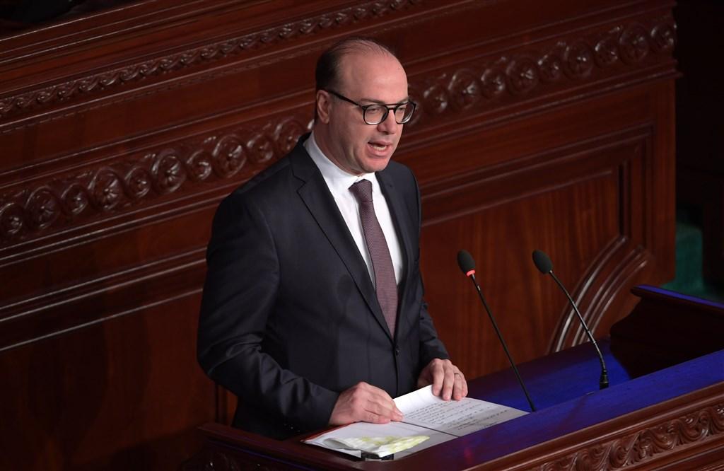 歷經超過4個月政治角力,突尼西亞總理法赫法組成的新內閣27日終於贏得國會信任投票。(法新社提供)