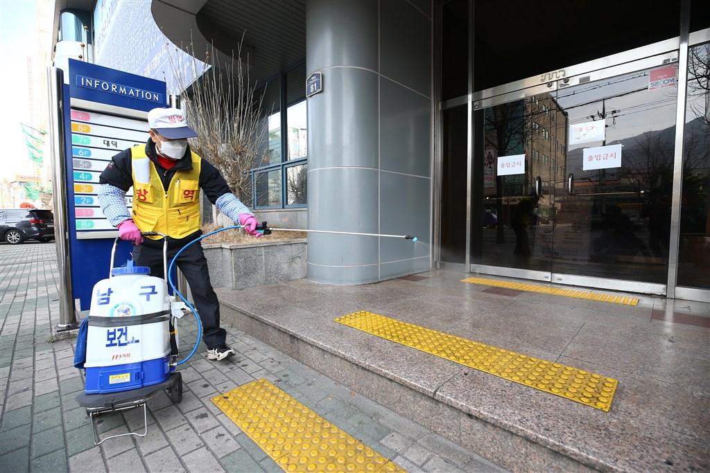 韓國神秘宗教團體新天地教會已成為韓國武漢肺炎疫情核心,在全國近1600起病例中,逾半與該教會信徒有關。圖為當地政府人員19日在新天地大邱教堂入口處消毒。(韓聯社提供)