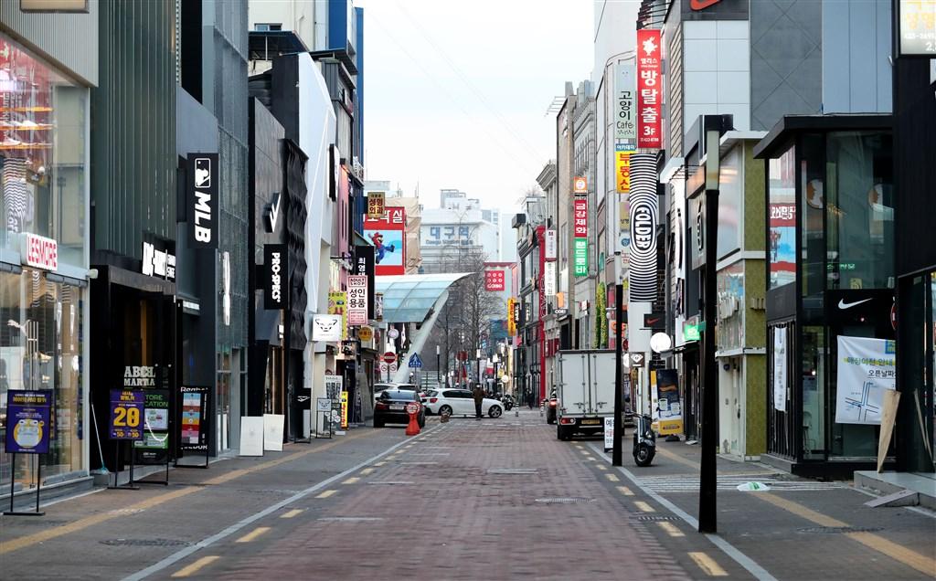 南韓27日新增505起武漢肺炎病例,目前累計來到1766例。圖為受疫情影響,人潮冷清的大邱市購物街。(韓聯社提供)