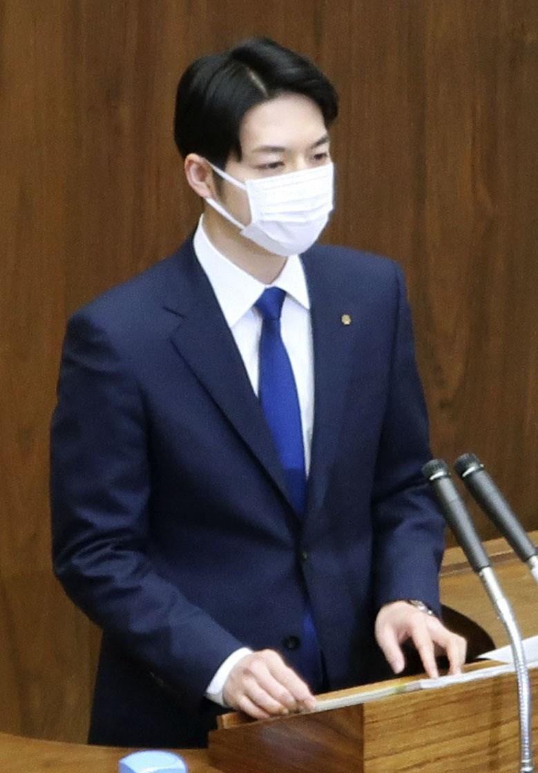 憂慮武漢肺炎疫情,日本北海道27日已有部分公立中小學開始停課,北海道議會開會時也可以看到出席議員等人幾乎都配戴口罩。圖為北海道知事鈴木直道。(共同社提供)