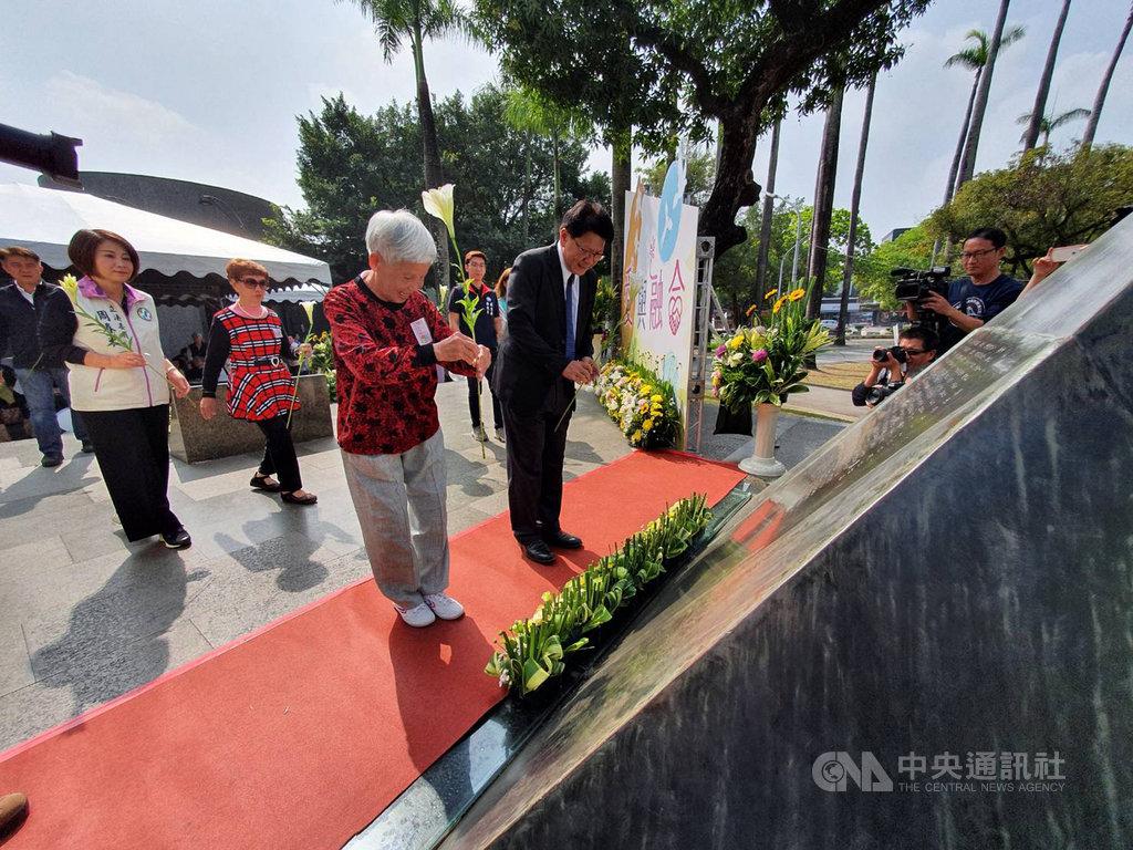 屏東縣政府28日舉行二二八紀念音樂會,縣長潘孟安(中右)與受難者家屬代表張林淑汝(中左)在紀念碑前向受難者獻花。中央社記者郭芷瑄攝 109年2月28日