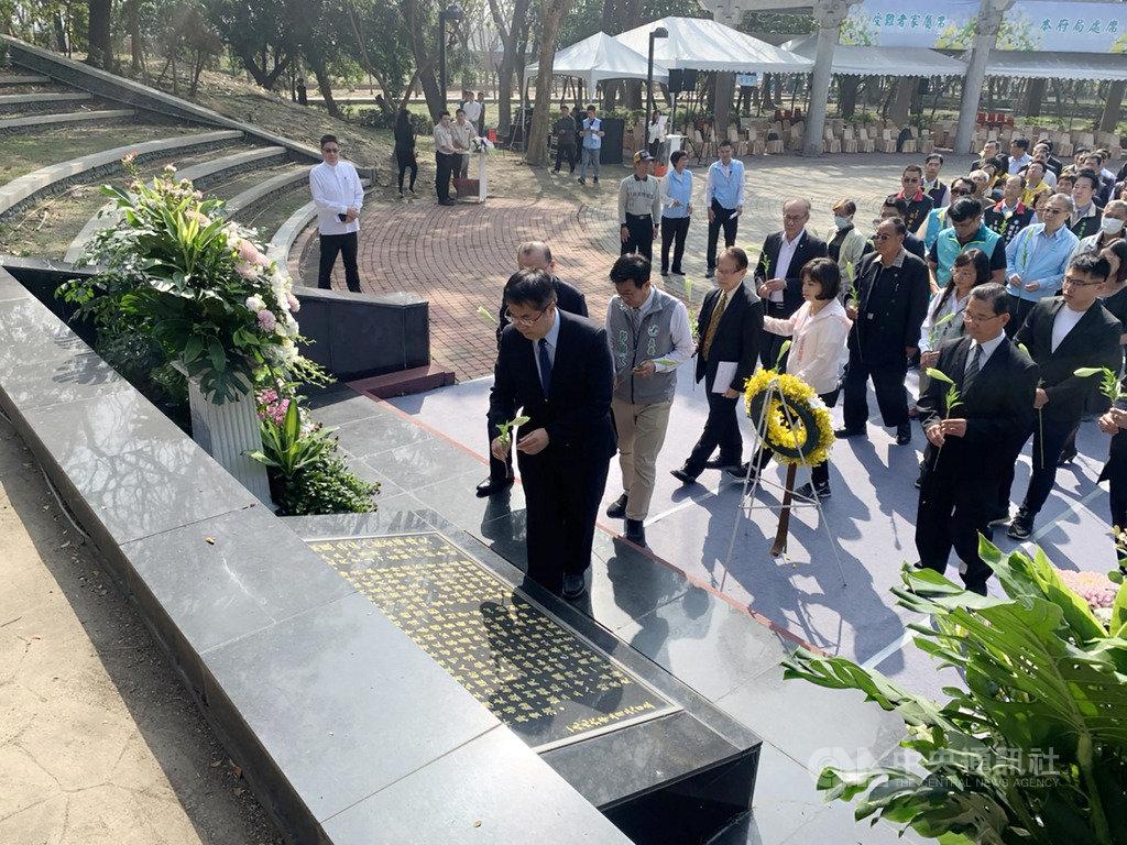 適逢二二八事件73週年,台南市政府28日在新營區二二八紀念公園舉辦追思會,眾人在紀念碑前默禱及獻花。中央社記者張榮祥台南攝 109年2月28日