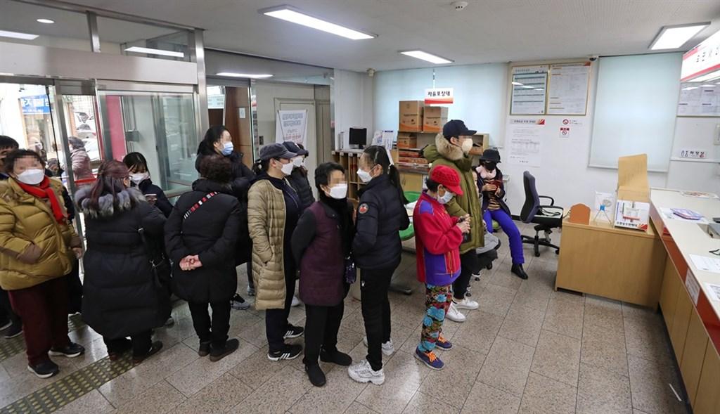 韓國截至28日下午4時確診病例累計2337例,單日新增571例。圖為韓國民眾排隊購買口罩。(韓聯社提供)
