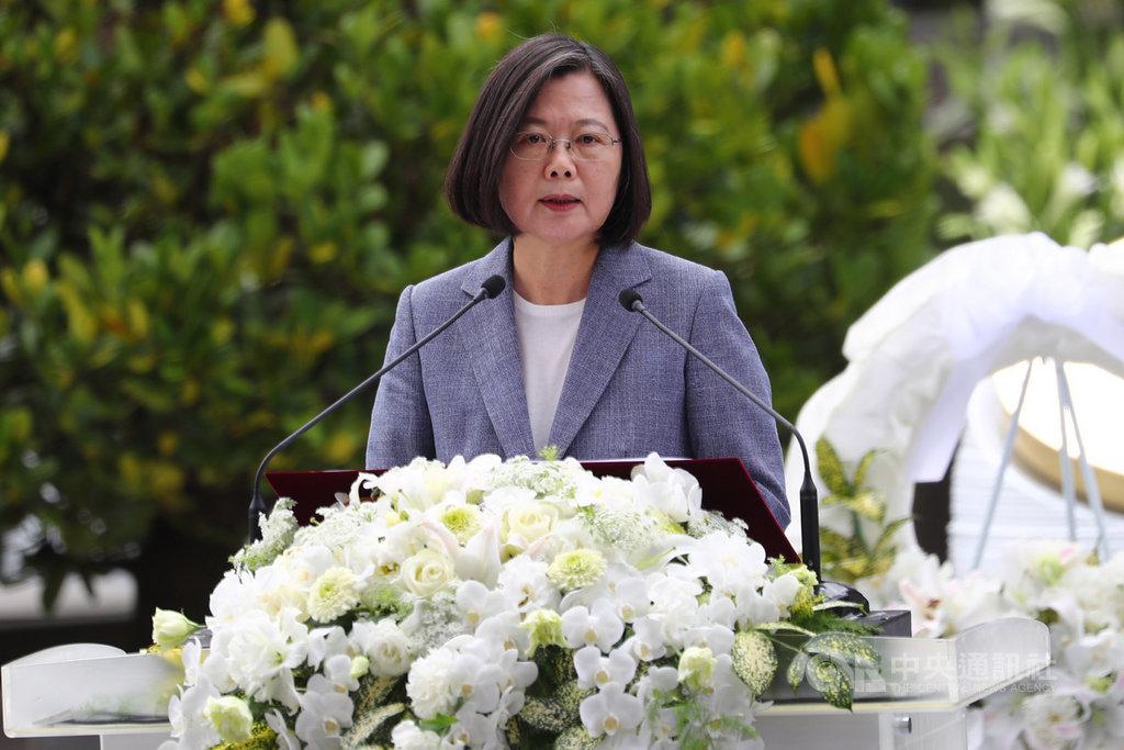 總統蔡英文28日上午前往台北市二二八和平紀念公園,出席「二二八事件73週年中樞紀念儀式」致詞。中央社記者王騰毅攝 109年2月28日