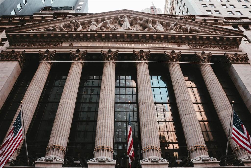 武漢肺炎疫情蔓延,美股27日再現恐慌賣壓,道瓊指數崩跌1190點,創史上最大跌點。圖為紐約證券交易所。(圖取自Unsplash圖庫)