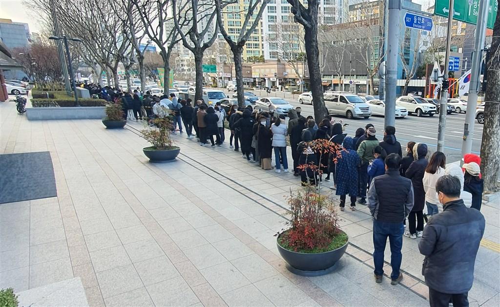 韓國疾病管理本部28日說,韓國通報新增256起武漢肺炎確診病例,累計共2022例。圖為27日大邱民眾排隊購買口罩。(韓聯社提供)