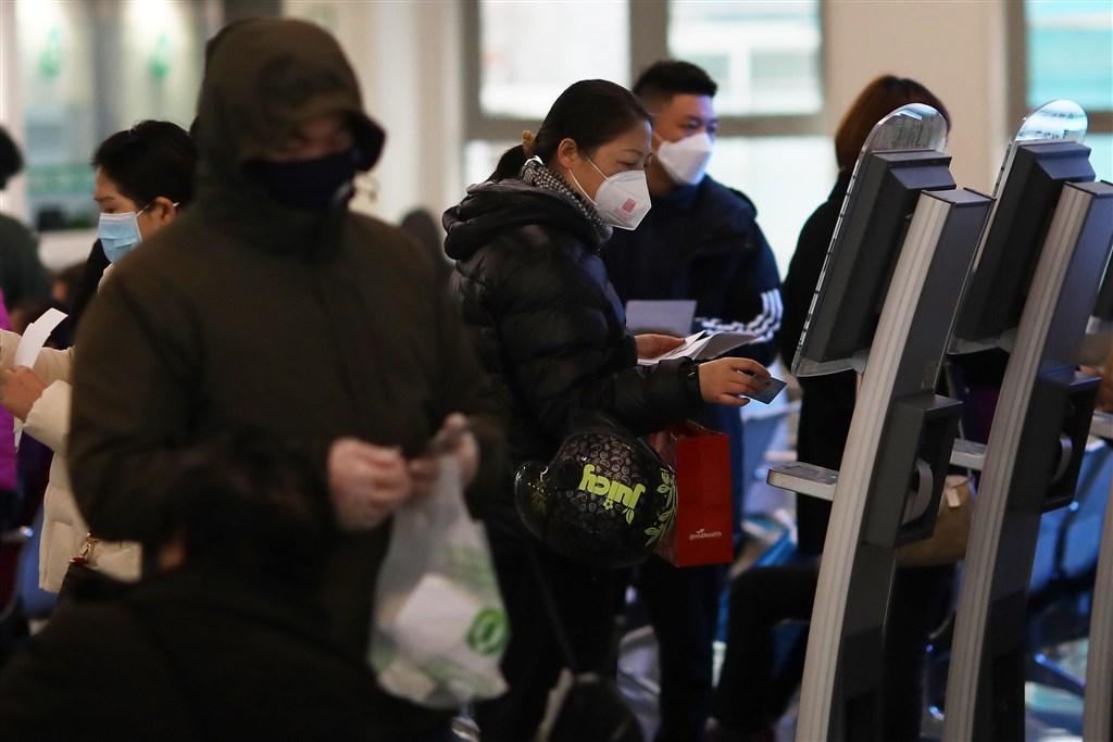 武漢肺炎疫情持續蔓延,在疫情源頭中國新增死亡病例減少之際,多國確診數繼續攀升。圖為27日南京民眾在醫院大廳使用自動掛號機。(中新社提供)