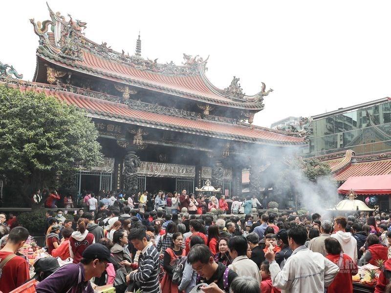 台北市龍山寺決議自3月13日起停止供香,也禁訪客自帶香枝。(中央社檔案照片)