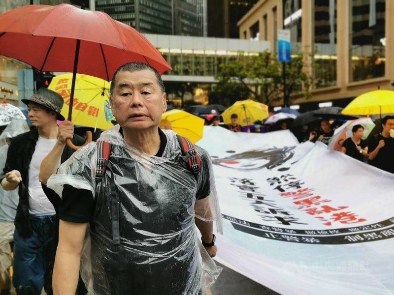 香港壹傳媒集團創辦人黎智英(前)等泛民主派人士28日上午被警方逮捕,警方高層表示,黎智英等人涉嫌參與非法集結被起訴,預定5月5日在法院聆訊。圖為黎智英2019年8月參加反送中遊行。(中央社檔案照片)