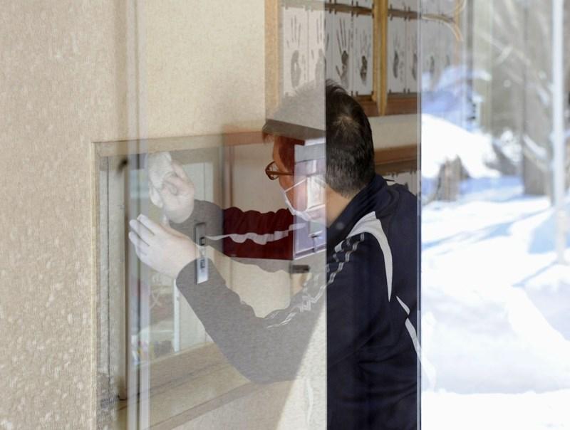 北海道至28日已有66例武漢肺炎確診,是日本47個都道府縣中疫情最嚴重的地方。圖為北海道民眾防疫消毒。(共同社提供)