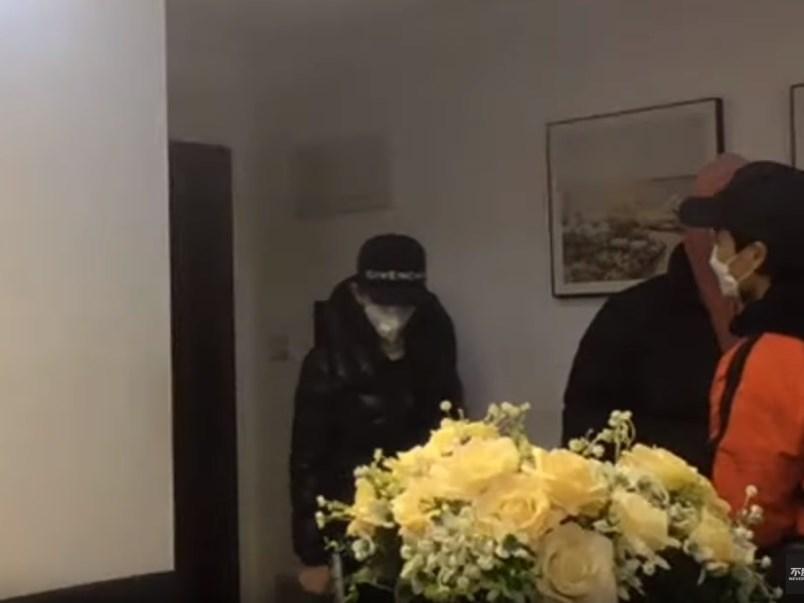揭露疫區武漢實際情況的央視前主持人李澤華(橘衣者)近日傳出直播中疑似遭拘捕,行蹤不明。(圖取自YouTube網頁)