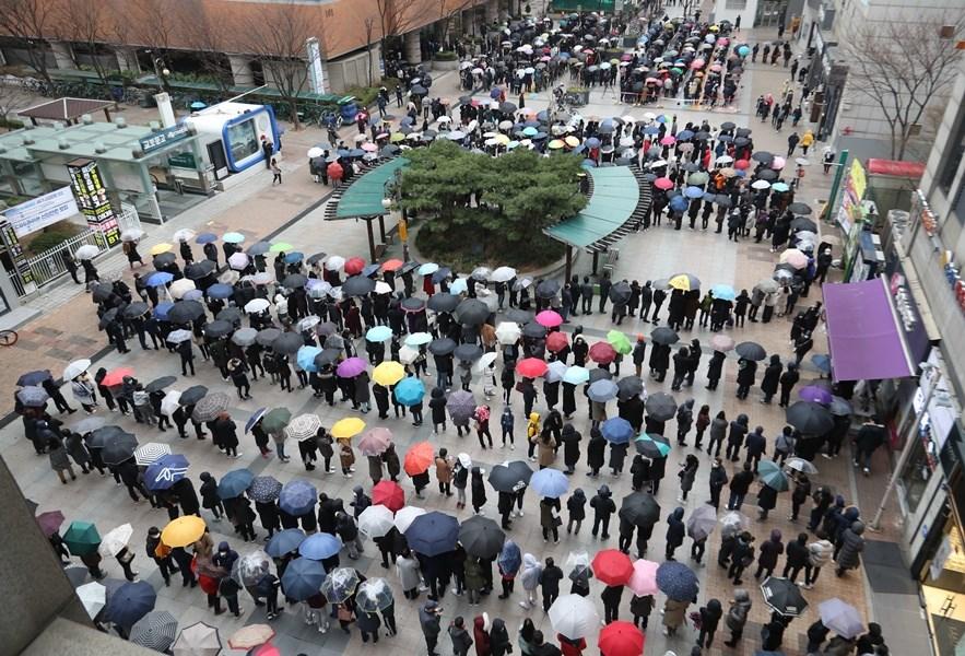 韓國總統文在寅抗疫不力,致贈中國口罩、對中國旅客開放邊界之舉更是飽受抨擊。圖為韓國民眾排隊購買口罩形成長長人龍。(韓聯社提供)