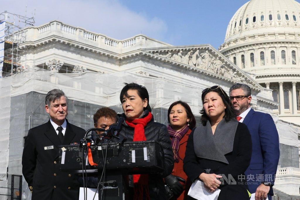 美國國會亞太裔黨團(CAPAC)主席趙美心(左3)28日召開記者會表示,針對亞裔美國人的不實疫情傳言及迷思引發排華情緒,導致有亞裔民眾遭攻擊及亞洲餐廳遭抵制情況。中央社記者徐薇婷華盛頓攝 109年2月29日