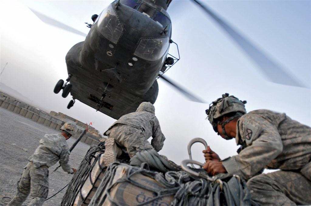 美國29日與阿富汗民兵組織塔利班簽署協議,有望讓纏鬥近20年的阿富汗反恐戰爭告一段落。圖為2009年美軍在阿富汗的CH-47運輸機。(圖取自美國陸軍網頁www.army.mil)