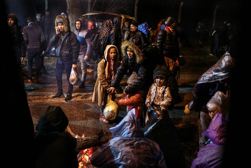 敘利亞伊德利布省衝突升溫,導致境內的移民和尋求庇護者開始往西部邊境前進。有報導指出,預料歐洲的新一波難民潮將至。圖為難民在土耳其與希臘邊界等候,準備前往希臘。(安納杜魯新聞社提供)