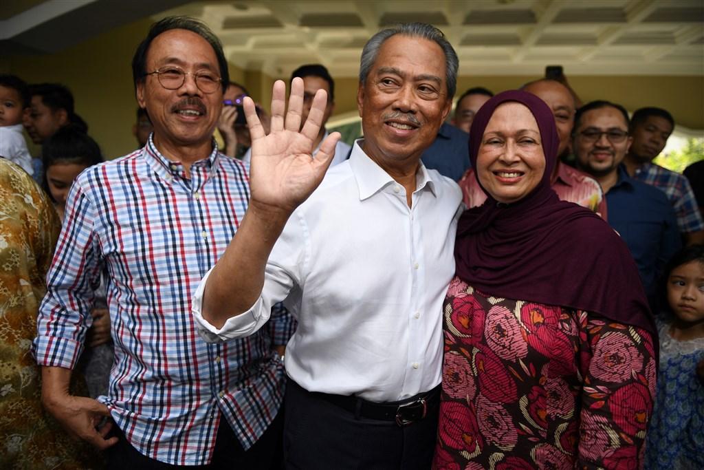 馬來西亞國家元首宣布土著團結黨主席慕尤丁(前中)為馬來西亞新任首相,不僅讓代首相馬哈地踢到鐵板,也可能導致馬來傳統主義重回馬國政壇。(法新社提供)