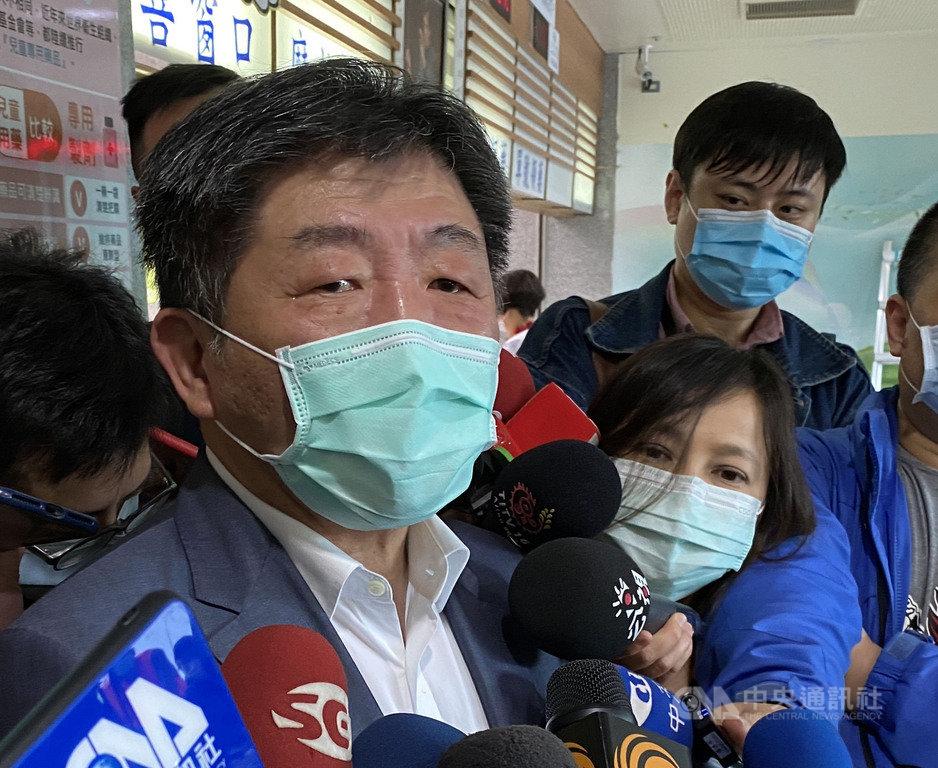 針對是否要再調升對日本的旅遊警示,中央流行疫情指揮中心指揮官陳時中(前)29日表示,會持續注意鑽石公主號郵輪旅客返回各國家後的健康狀況,以疫情對日本的影響來做決定。中央社記者邱俊欽桃園攝 109年2月29日