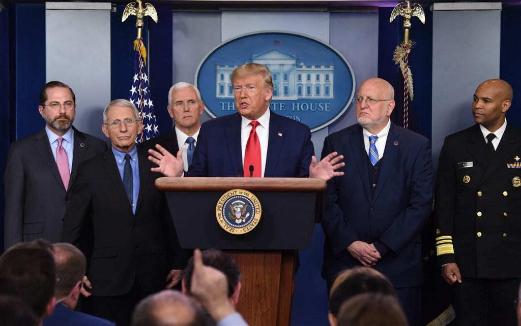 美國總統川普(右3)29日表示,首批美軍自阿富汗撤離「立刻」展開。(中新社提供)