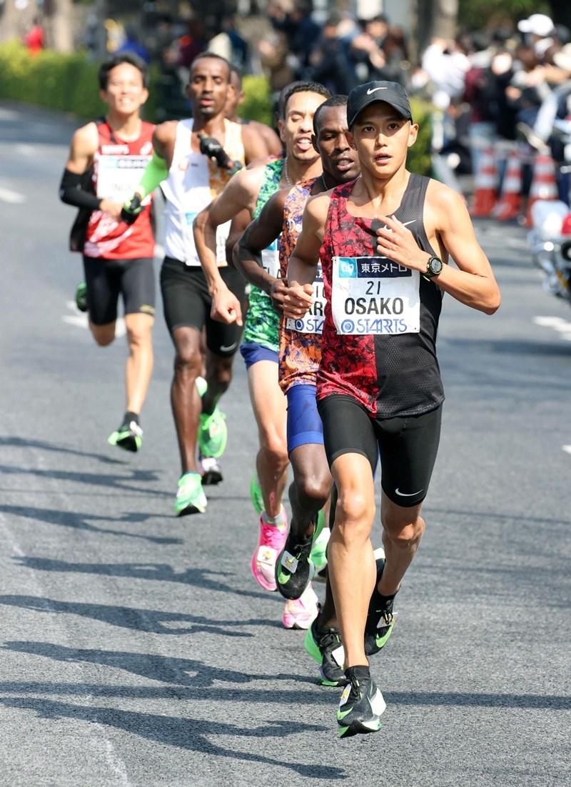 日本長跑名將大迫傑(前)在東京馬拉松的好成績讓他向僅剩的最後一個東奧馬拉松出賽資格往前邁一大步。(共同社提供)