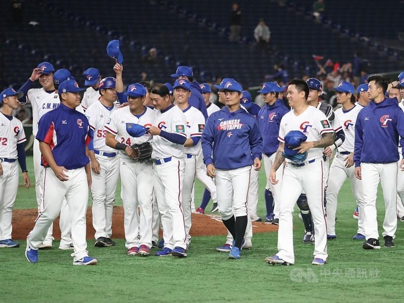 受到武漢肺炎疫情影響,原訂4月1日開打的6搶1東京奧運最終資格賽,延期至6月17日至6月21日進行。圖為中華隊在2019年11月16日12強棒球賽的最後一戰以5比1擊敗澳洲隊。(中央社檔案照片)