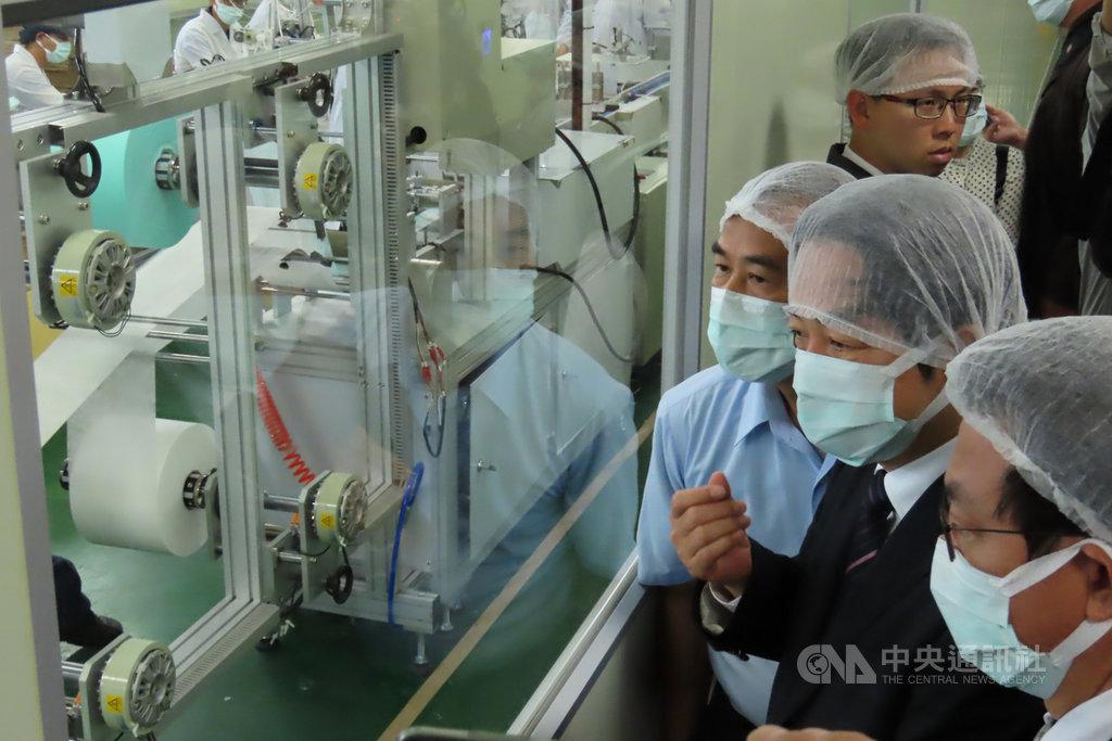 副總統當選人賴清德(右2)3日前往台南康那香公司參訪,並了解口罩產線的運作情況。中央社記者楊思瑞攝  109年3月3日