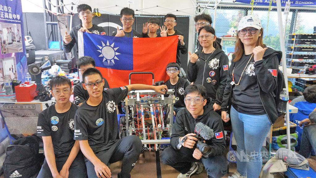 台北市中正高中由2名老師帶隊、17名學生到美國洛杉磯的「曼巴運動學院」參加FRC國際機器人競賽,獲得新秀全明星獎。中央社記者林宏翰洛杉磯攝 109年3月3日