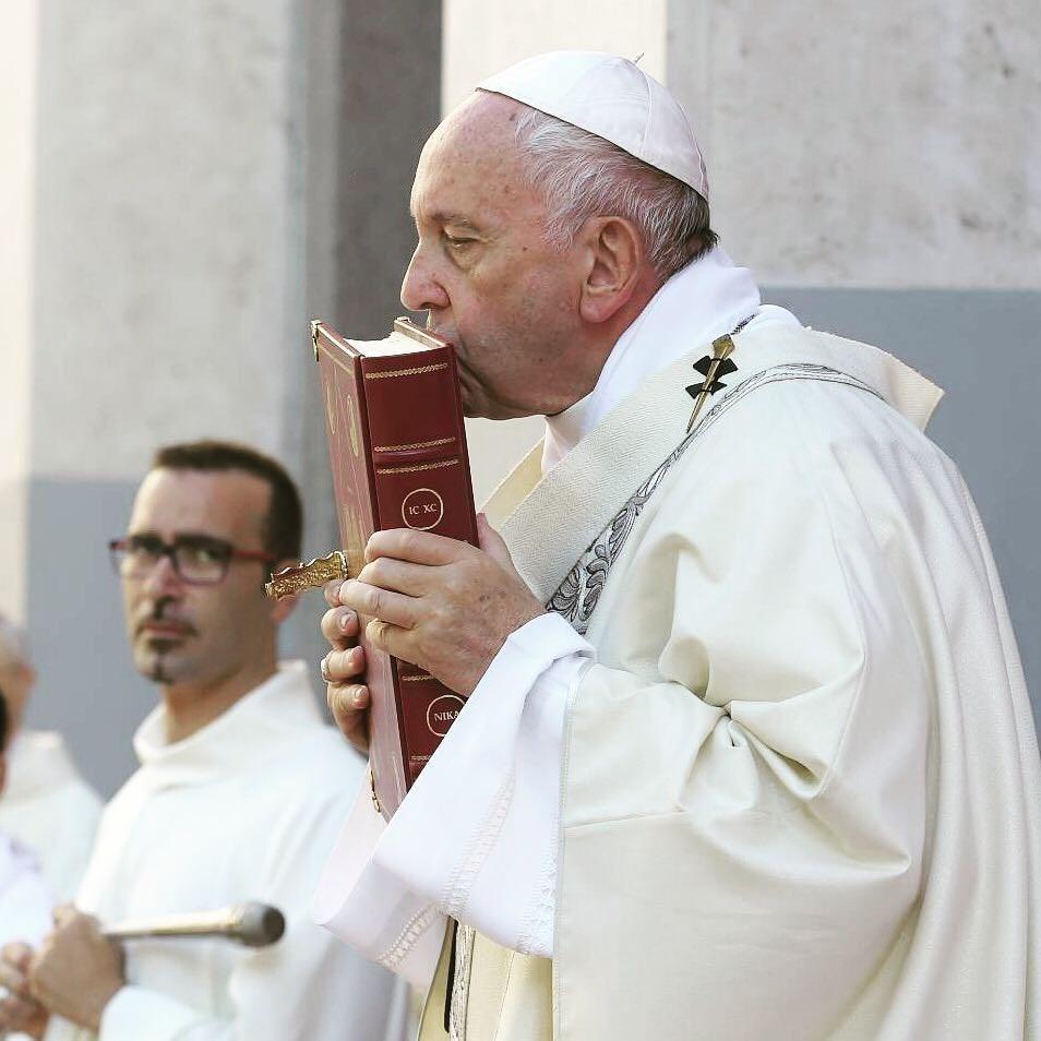 教宗方濟各(前)日前宣布因為感冒要缺席四旬期避靜。義大利「訊使報」3日報導,教宗的武漢肺炎病毒檢測呈陰性反應。(圖取自方濟各IG網頁instagram.com/franciscus)