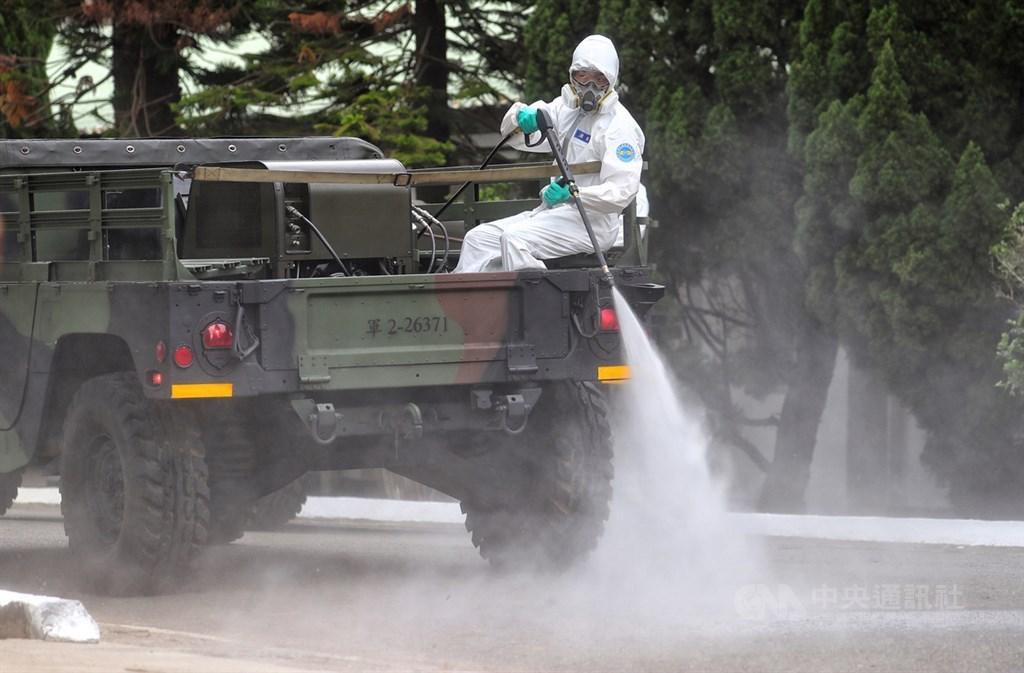 台湾对抗武汉肺炎经验受瞩目,美国医学会杂志刊登文章指出,台湾团队是迅速应变并保护公民利益的范例。图为化学兵搭乘悍马车进行防疫消毒作业。中央社记者王腾毅摄 109年2月27日