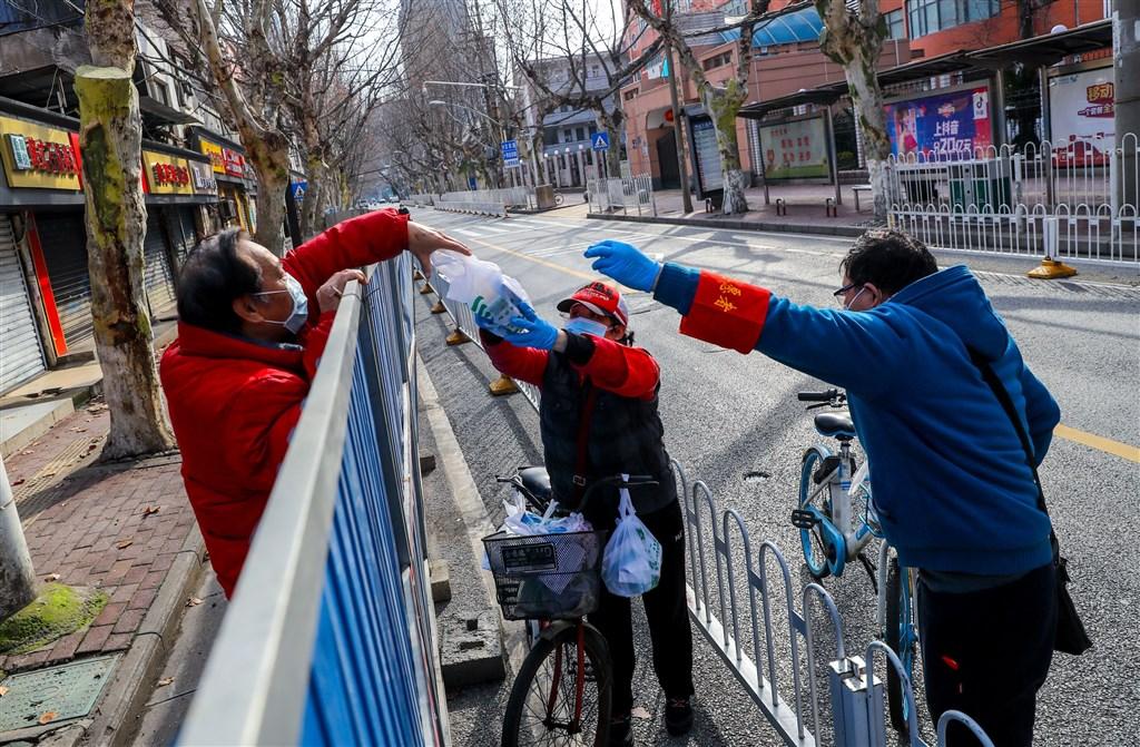 紐約時報中文網2日報導,武漢近郊左嶺的當地居民說,最初是官方刻意營造只是小流感的氛圍,延誤遏止疫情契機。圖為武漢吉林社區的志工在封閉管理期間給居民送藥。(中新社提供)