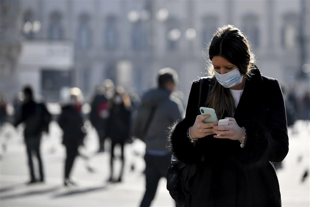 義大利民防保護局8日表示,境內武漢肺炎確診數暴增1492例、死亡數大增133人,目前累計7375例確診、366人不治。圖為2月24日義大利米蘭民眾戴口罩防疫。(美聯社)