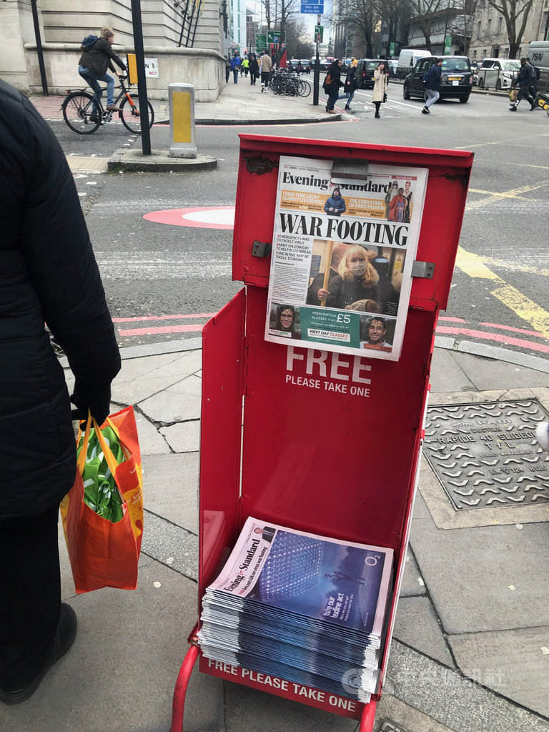 英國武漢肺炎確診人數近日突然暴增,登上報紙頭版。中央社記者戴雅真倫敦攝 109年3月4日