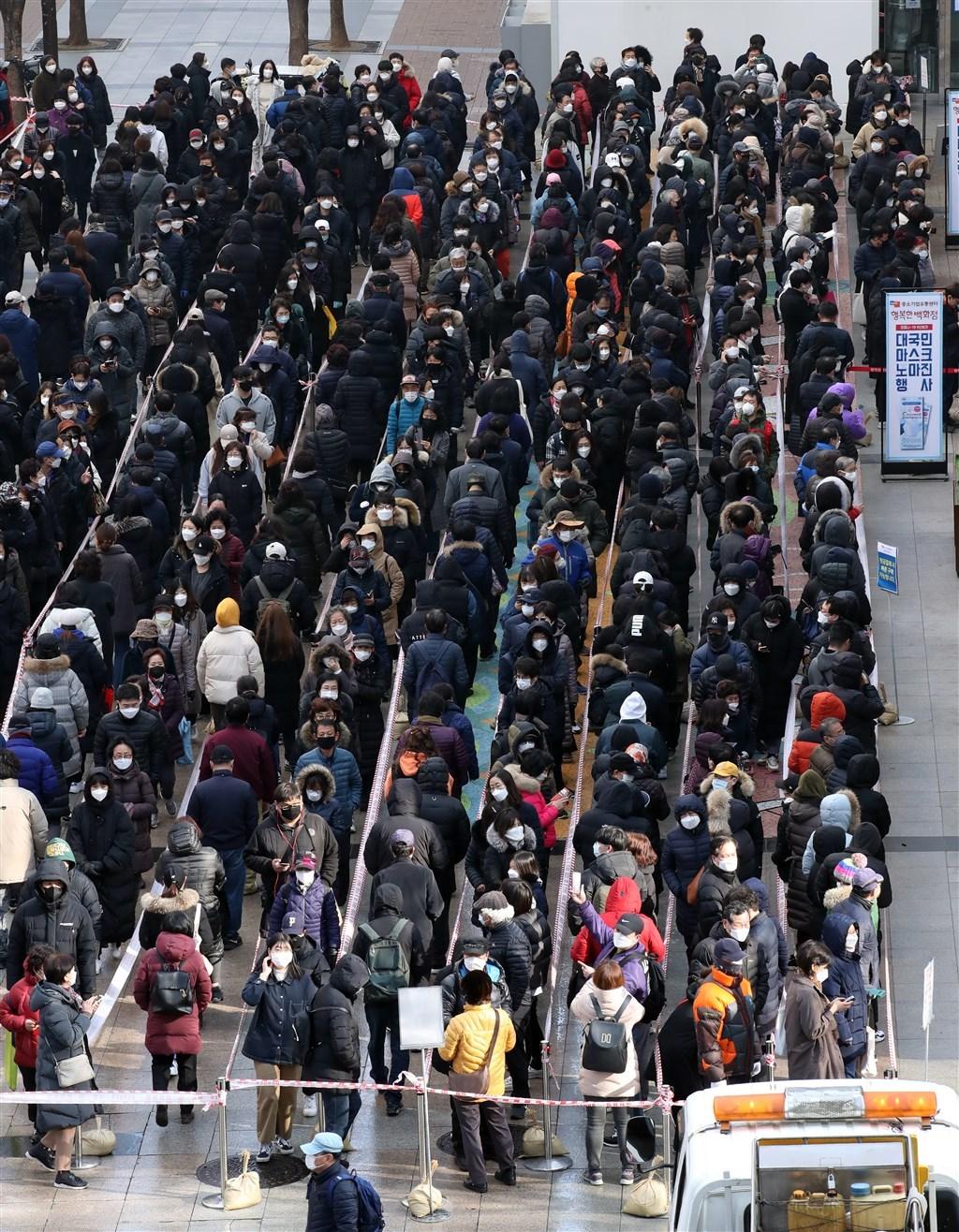 韓國疾病管理本部5日表示,韓國新型冠狀病毒疾病新增確診322例,累計確診達6088例。死亡病例增至40例。圖為首爾民眾排隊購買口罩。(檔案照片/韓聯社提供)