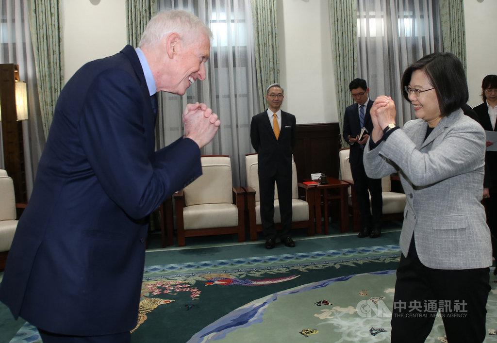 總統蔡英文(右)5日上午在總統府接見美國在台協會(AIT)主席莫健(James Moriarty)(左),向莫健拱手致意。中央社記者鄭傑文攝 109年3月5日