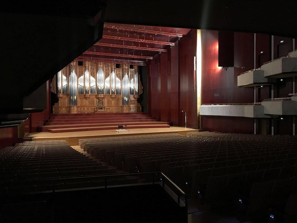 公眾集會活動「室內超過100人、室外超過500人」指揮中心建議停辦。文化部25日表示,即日起文化部所屬機關、行政法人表演型場館主辦、合辦及所屬劇團、樂團室內演出活動都將暫停。圖為國家音樂廳。(民眾提供)