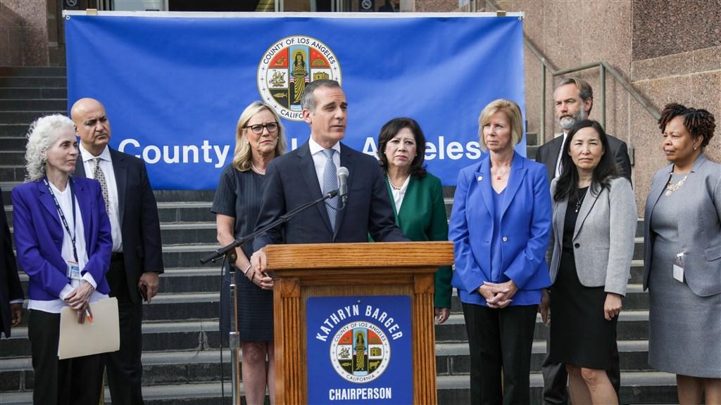 美國南加州洛杉磯郡公共衛生局4日舉行記者會宣布,洛杉磯進入公共衛生緊急狀態。(圖取自twitter.com/MayorOfLA)