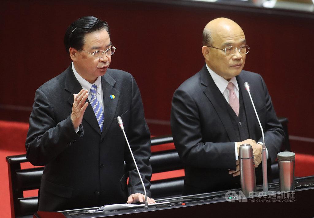 美國聯邦眾議院以壓倒性票數通過「台北法案」,外交部長吳釗燮(左)6日在立院表示,台灣在國際社會受到的支持越來越多,台灣的努力已被國際看到。右為行政院長蘇貞昌。中央社記者張皓安攝 109年3月6日