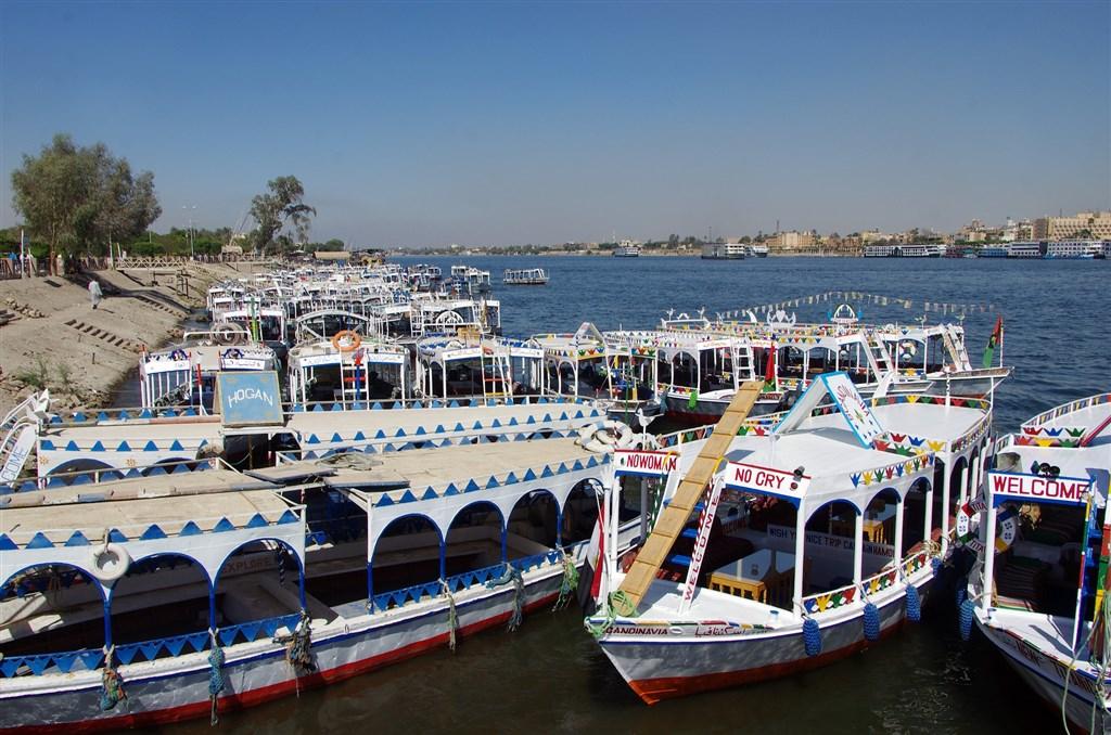 埃及一艘尼羅河遊船12人染疫,感染源指向台籍女性,指揮中心6日澄清,外媒稱的台女是國內第39案,曾隨團至埃及旅遊、回台後確診,經查發現埃及籍導遊最早發病,應是感染源。圖為尼羅河畔。(示意圖/圖取自Pixabay圖庫)