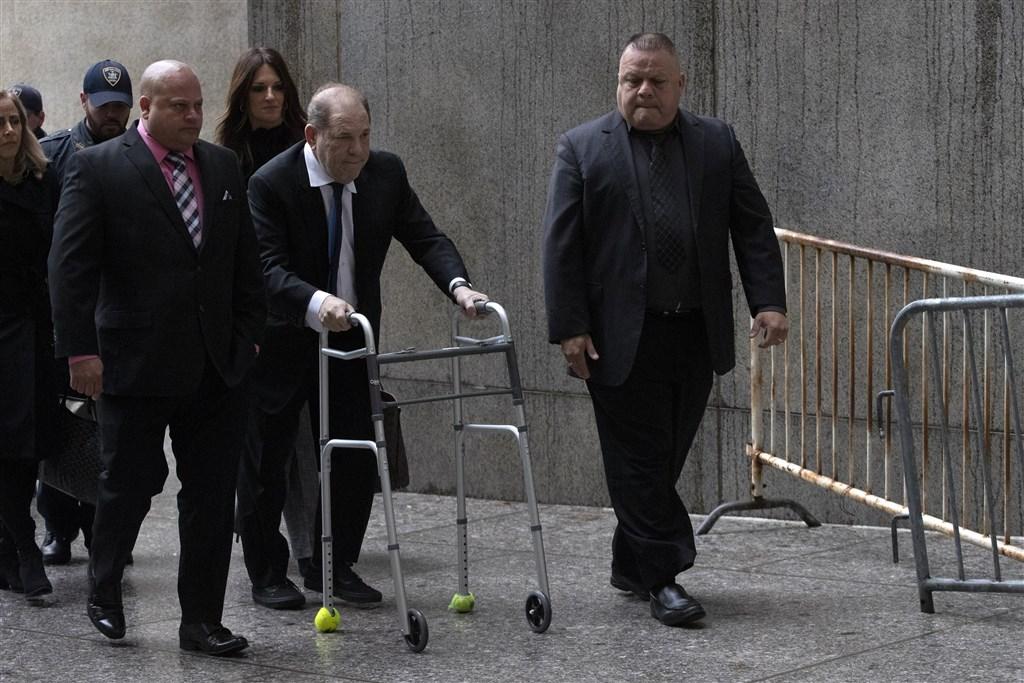 昔日影壇大亨哈維溫斯坦(右2)性侵遭定罪,11日被判處有期徒刑23年。紐時形容他被判入獄23年是「#我也是」運動重要里程碑。圖為2019年12月11日維溫斯坦出席聆訊。(美聯社)